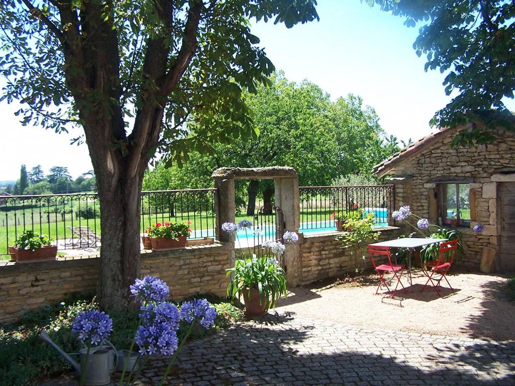 gite-de-charme-terrasse-piscine-beaujolais